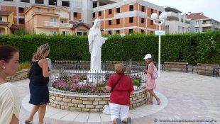 Przed kościołem Św. Jakuba w Medziugorie