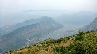 Mimo słabej przejrzystości powietrza zatoka widziana z gór Lovcen robi wrażenie