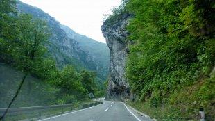Droga wydrążona w skale